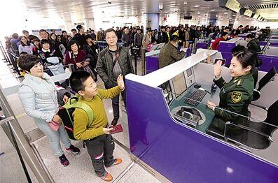 美媒:中国出境游客一老一小数量猛增 啥原因?