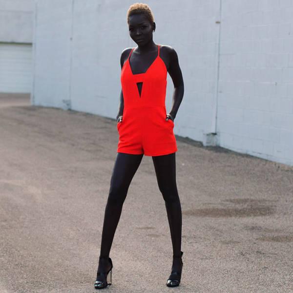 苏丹24岁的黑人女模特皮肤黑得出奇,黑得出彩