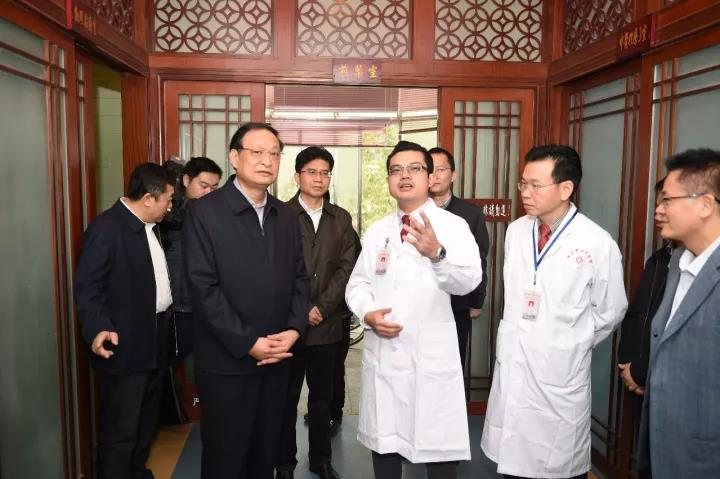王国强:做大做强中医药产业,让中医药惠及更多群众