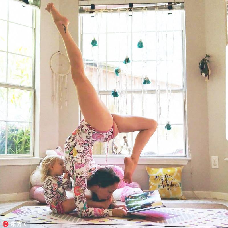 美:辣妈解锁高难度瑜伽姿势 战胜产后抑郁