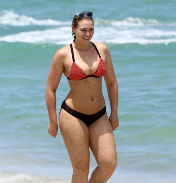 英国微胖名模Iskra Lawrence:我胖但我美啊!