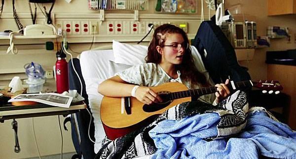 """美国19岁女孩进行""""清醒开颅""""手术,手术全程高歌"""
